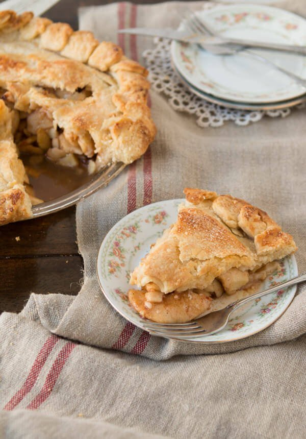 Homemade Apple pie with perfect, and easy crust ! ohsweetbasil.com