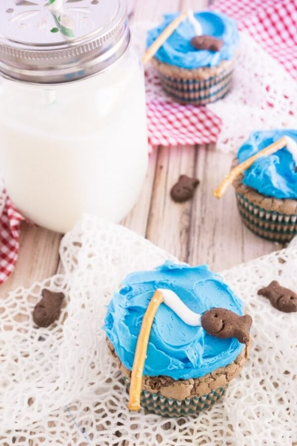These Goin' Fishing Brownie Cupcakes are super simple to whip up! They're perfect for Father's Day, summer picnics, and birthday parties!