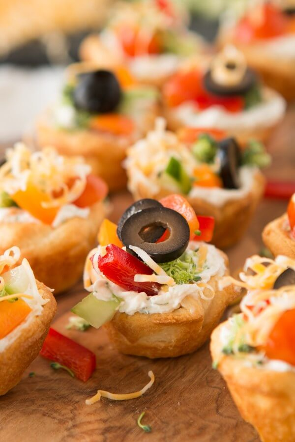 I've had so many of these there wont be any left! Quick and Easy veggie pizza tarts appetizer ohsweetbasil.com