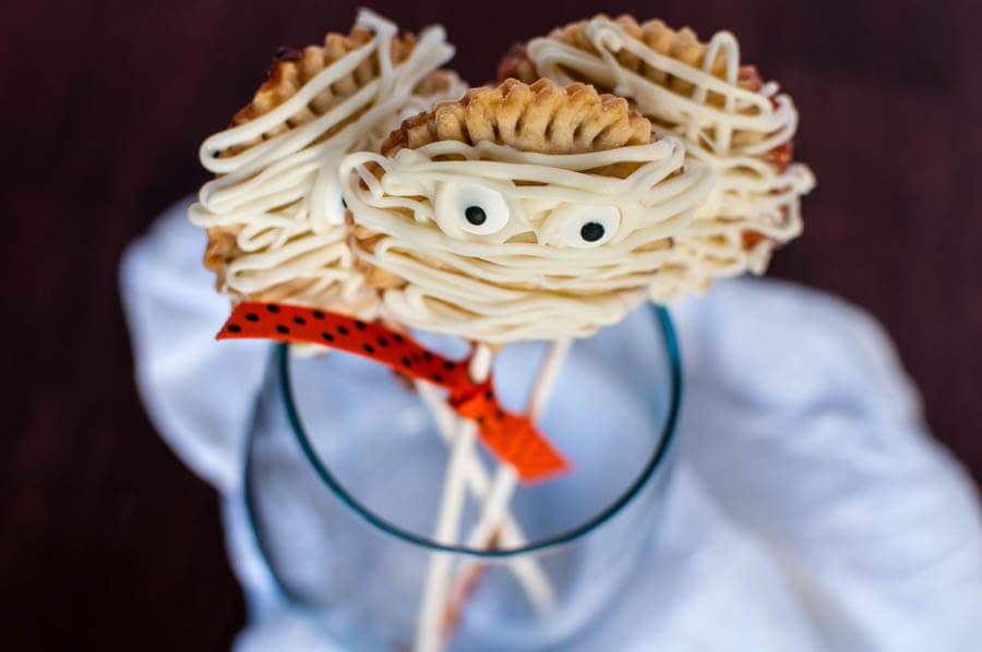 These mummy pie pops are all kinds easy and delicious! You can totally make them at home! ohsweetbasil.com Halloween party