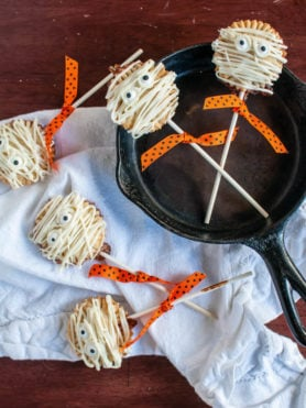 These mummy pie pops are all kinds easy and delicious! You can totally make them at home! ohsweetbasil.com