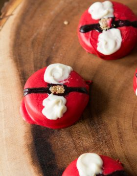 Easy Santa Oreos that even the kids can help make! ohsweetbasil.com