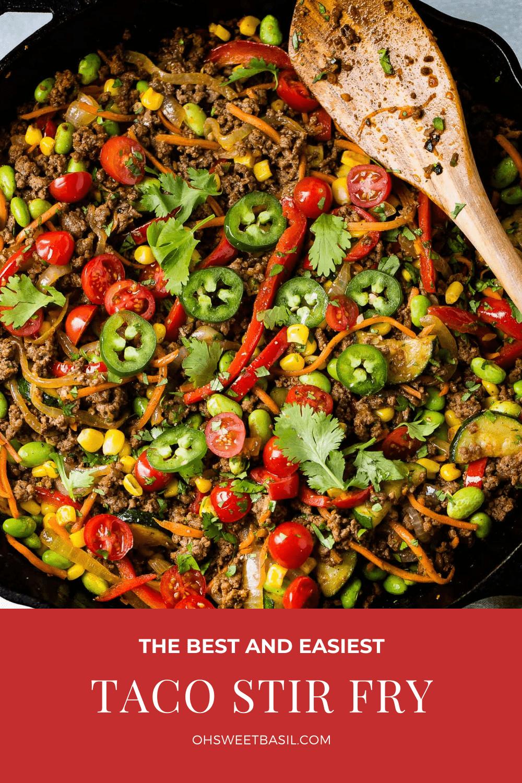 Egy tál taco tészta.  A tészta kukoricát, tököt, jalapenót, paradicsomot, tésztát és darált marhahúst tartalmaz.