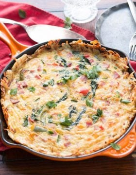 Love hash browns and eggs? Then you're going to adore this hash browns crusted frittata! ohsweetbasil.com