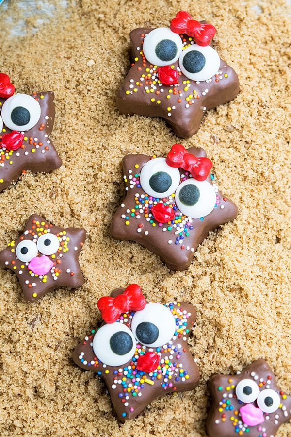 This cute kids chocolate starfish snack requires no baking and is made with healthy ingredients. It's a fun and easy activity to do with kids in the kitchen.