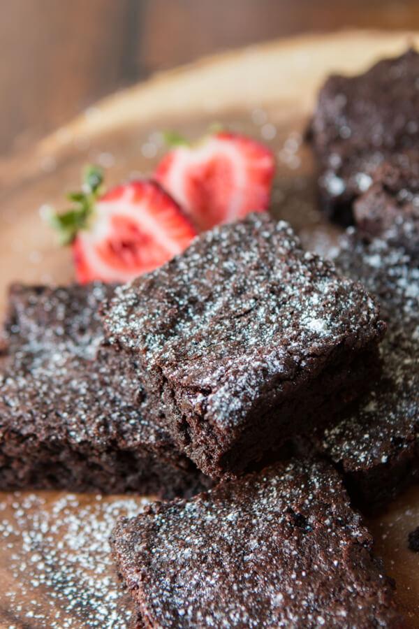 Bolo de coco com proteínas? Proteína em pó, óleo de coco, e menos farinha podem fazer brownies mais saudáveis e deliciosos com mais nutrição!