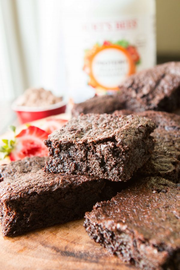 Bolo de chocolate de proteína? Proteína em pó, óleo de coco, e menos farinha podem fazer brownies mais saudáveis e deliciosos com mais nutrição!