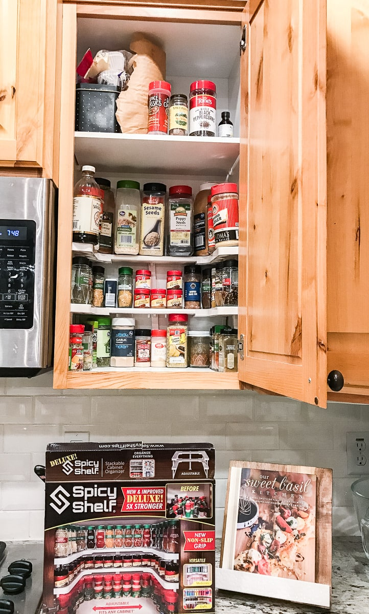 Spicy shelf, the spice shelf organizer that actually works and allows you to see the spices' labels!